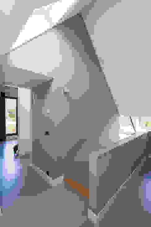 Modern Corridor, Hallway and Staircase by ScanaBouw BV Modern