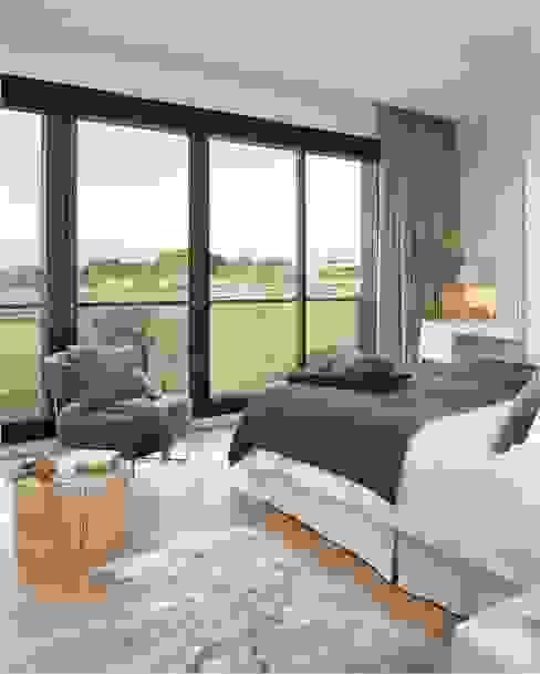 8 VILLAS GOLF PERELADA (GIRONA) Dormitorios de estilo moderno de ruiz narvaiza associats sl Moderno