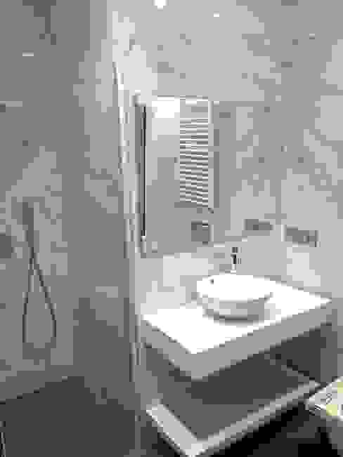 Modern Bathroom by EKIDAZU Modern