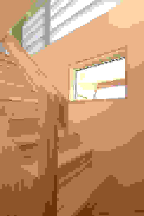 สไตล์ผสมผสาน ทางเดินห้องโถงและบันได โดย 加藤淳一級建築士事務所 ผสมผสาน