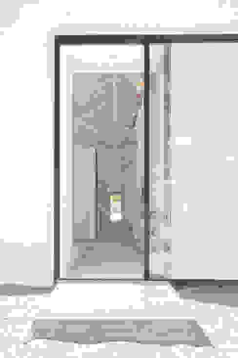 Sítio da Lezíria Pasillos, vestíbulos y escaleras de estilo moderno de Atelier Data Lda Moderno