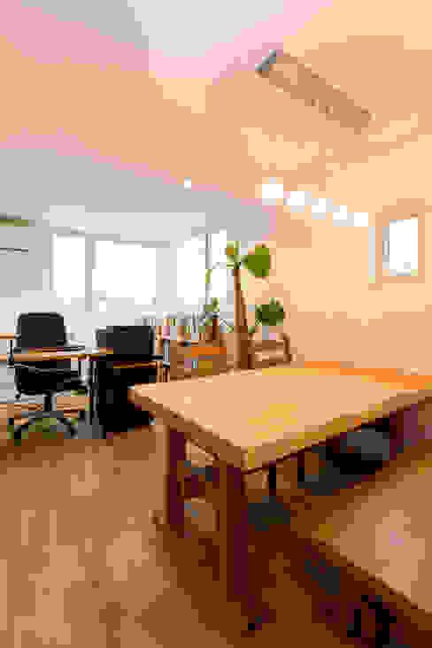 Estudios y oficinas modernos de 株式会社ルティロワ 一級建築士事務所 Moderno