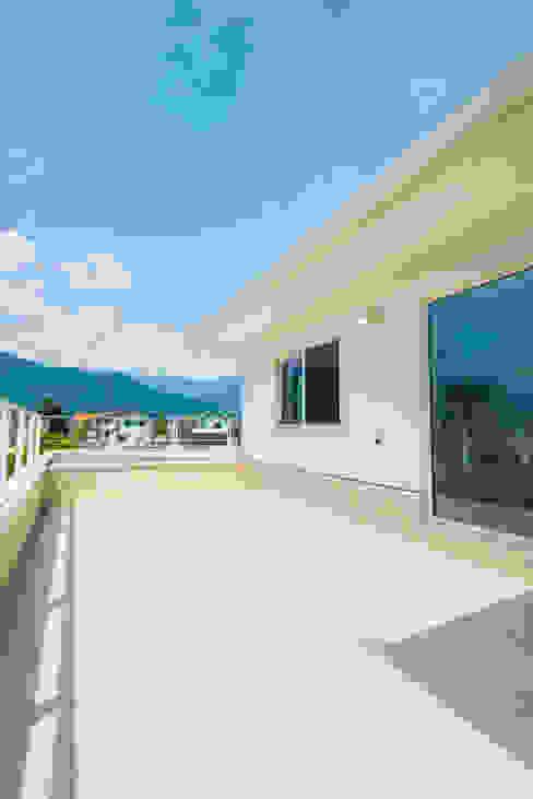 Балкон и терраса в стиле модерн от 株式会社ルティロワ 一級建築士事務所 Модерн