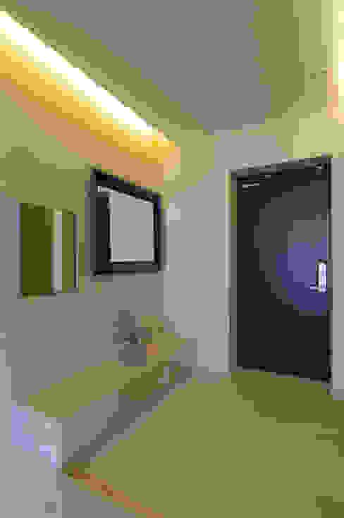 Couloir et hall d'entrée de style  par Design A3