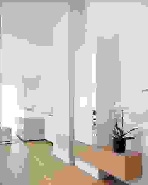 Ingresso, Corridoio & Scale in stile minimalista di ruiz narvaiza associats sl Minimalista