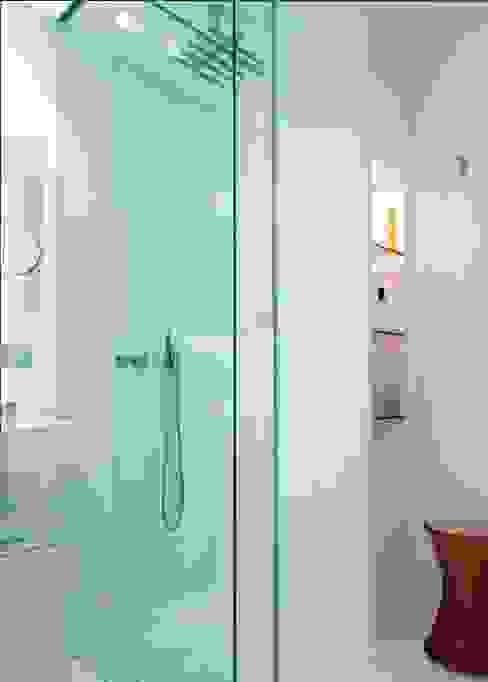 Apartamento Luminoso Baños de estilo minimalista de ruiz narvaiza associats sl Minimalista