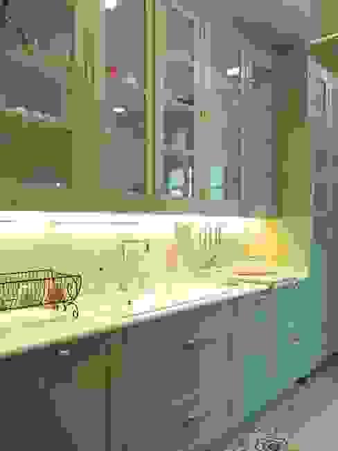 Iluminación de la encimera bajo los módulos altos DEULONDER arquitectura domestica Cocinas de estilo clásico Verde