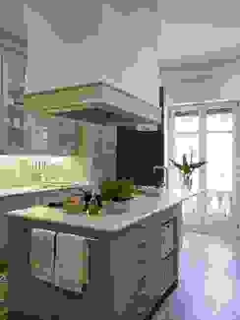 La luz natural baña la estancia DEULONDER arquitectura domestica Cocinas de estilo clásico