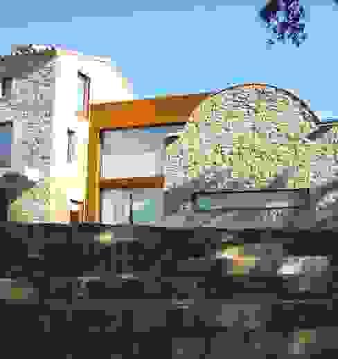 Masia Casas de estilo moderno de ruiz narvaiza associats sl Moderno