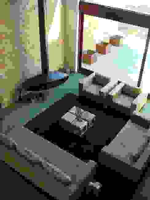 Masia Salones de estilo moderno de ruiz narvaiza associats sl Moderno