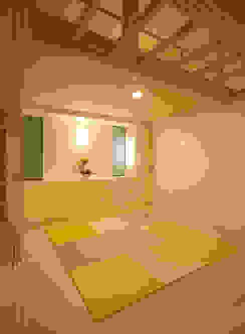 リビングルーム (ベッドコーナ ロフト付) モダンスタイルの寝室 の 吉田設計+アトリエアジュール モダン