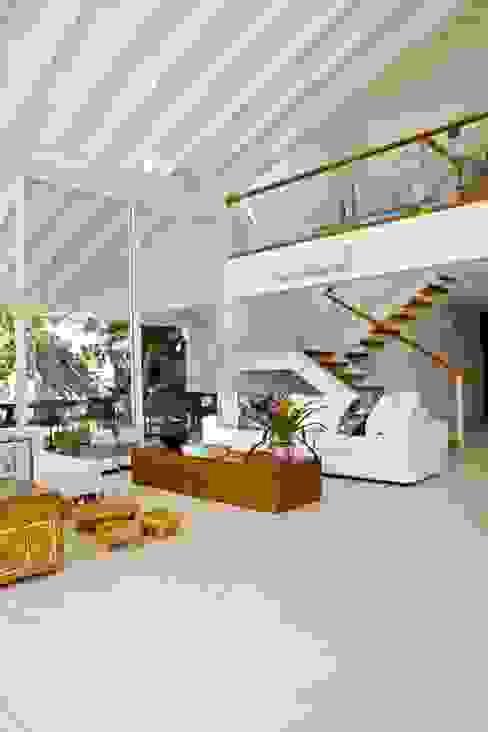 Projeto Residencial - Manguinhos, Búzios Salas de estar tropicais por Mônica Gervásio Arquitetura & Design Tropical