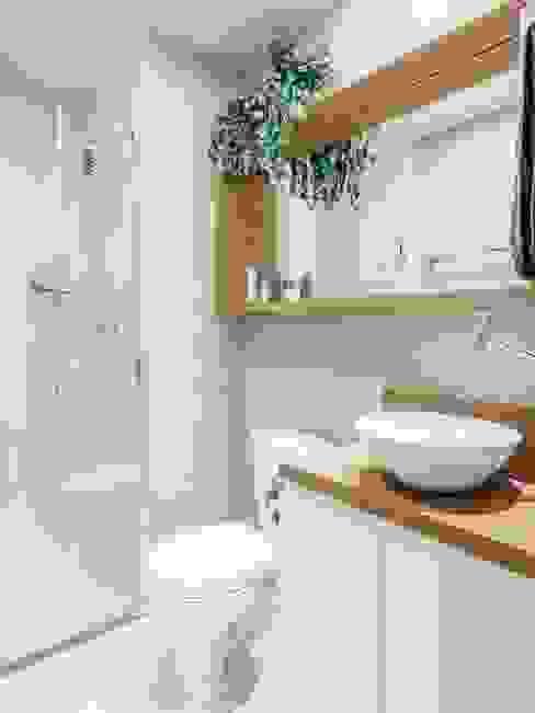 APTO OS - CAMAQUÃ / PORTO ALEGRE: Banheiros  por Ambientta Arquitetura
