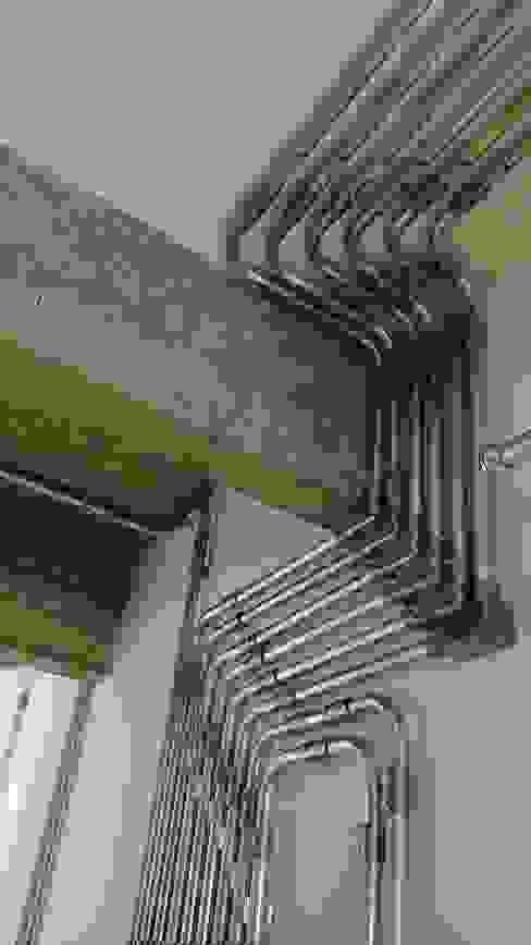 Pasillos, vestíbulos y escaleras industriales de omnibus arquitetura Industrial Cobre/Bronce/Latón