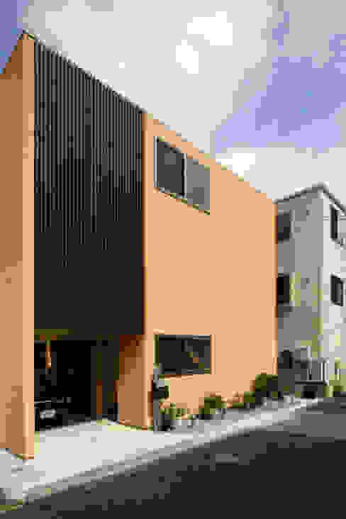住宅密集地に建つ外観 モダンな 家 の 根來宏典建築研究所 モダン 木 木目調