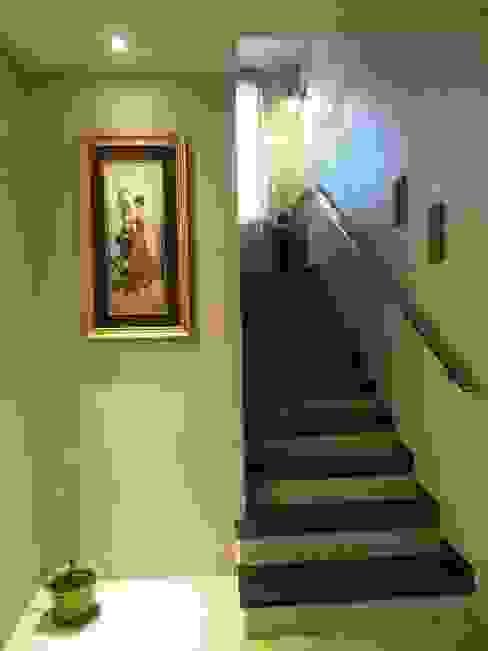 A cozy cottage feel Home. Modern corridor, hallway & stairs by Freelance Designer Modern