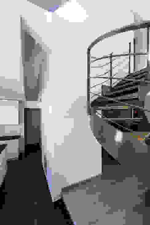 Vide intérieur Couloir, entrée, escaliers modernes par [ADitude*] Architecture Moderne