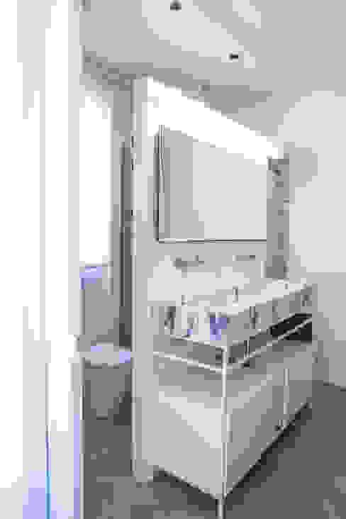 PQ Apartment Baños de estilo mediterráneo de Singularq Architecture Lab Mediterráneo