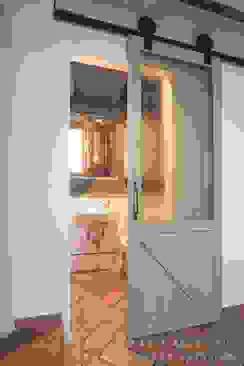 Cửa sổ & cửa ra vào phong cách công nghiệp bởi Rachele Biancalani Studio Công nghiệp Gỗ Wood effect
