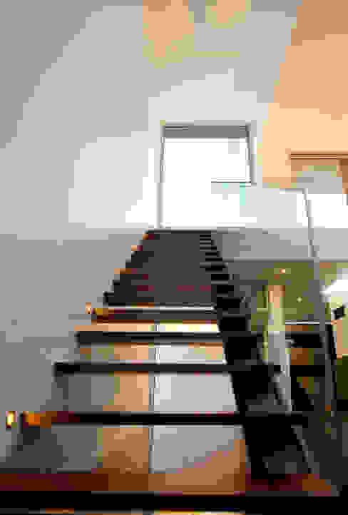 Minimalistische gangen, hallen & trappenhuizen van mioconcept Minimalistisch