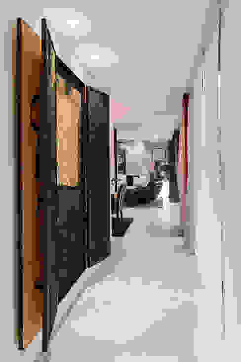 Mansión en el campo con aire urbano Pasillos, vestíbulos y escaleras de estilo moderno de Belén Sueiro Moderno