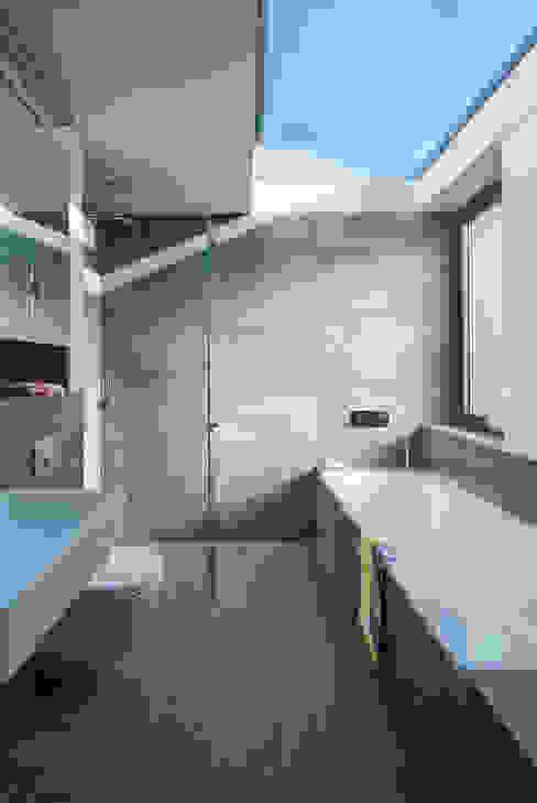 Brackenbury House Moderne badkamers van Neil Dusheiko Architects Modern