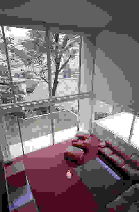 平井山荘の家: 株式会社  小林恒建築研究所が手掛けたリビングです。,モダン