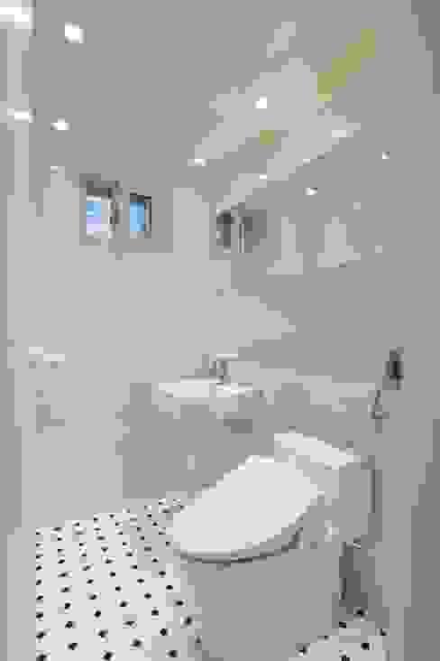 우리집 거실을 영화관으로 21평 신혼집 빌라인테리어: 홍예디자인의  욕실