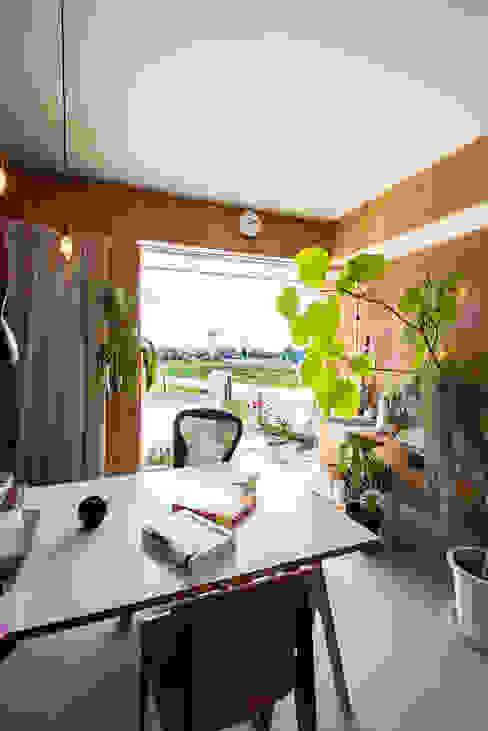 Salas multimedia de estilo  por アーキライン一級建築士事務所