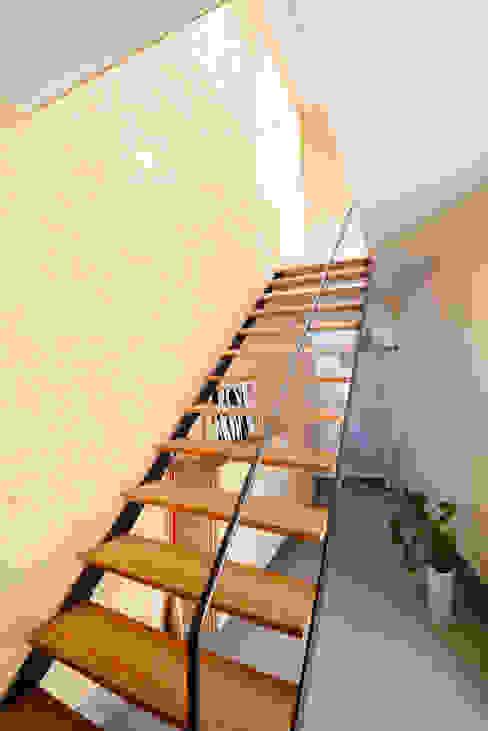 Modern corridor, hallway & stairs by アーキライン一級建築士事務所 Modern