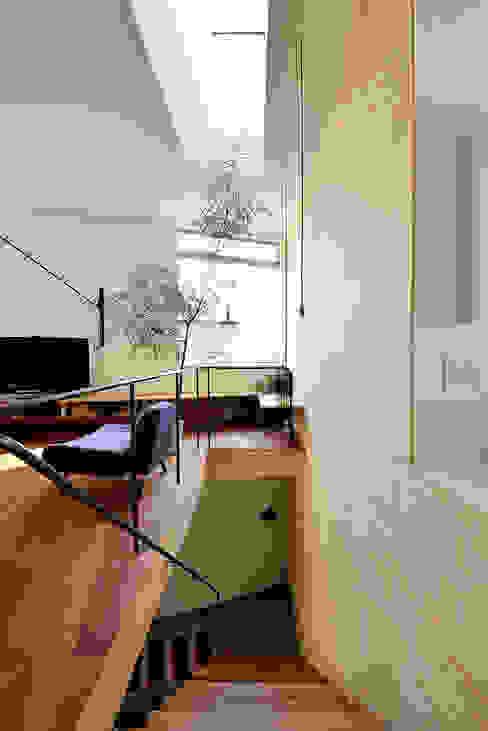 Pasillos y vestíbulos de estilo  por アーキライン一級建築士事務所