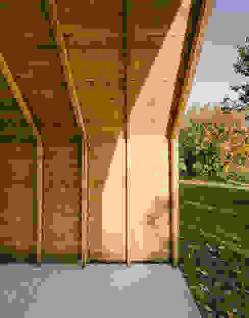 minimalist garage/shed by JAN RÖSLER ARCHITEKTEN Minimalist Wood Wood effect