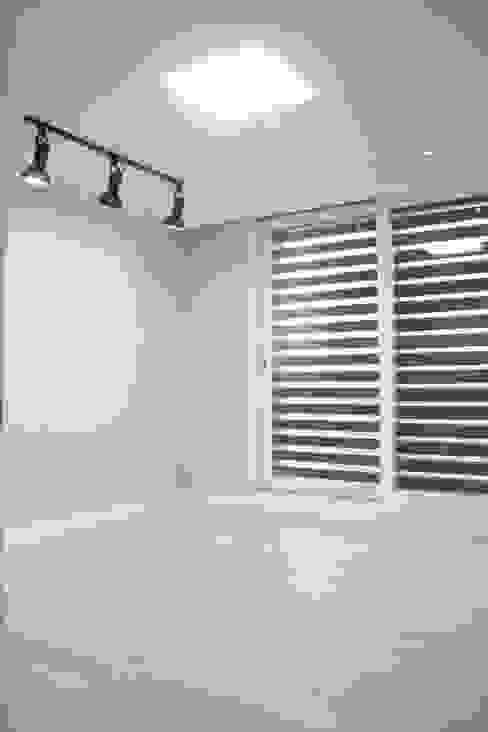 정왕동 한일 아파트 21평 블랙&화이트 인테리어 : Old & New Interior의  침실