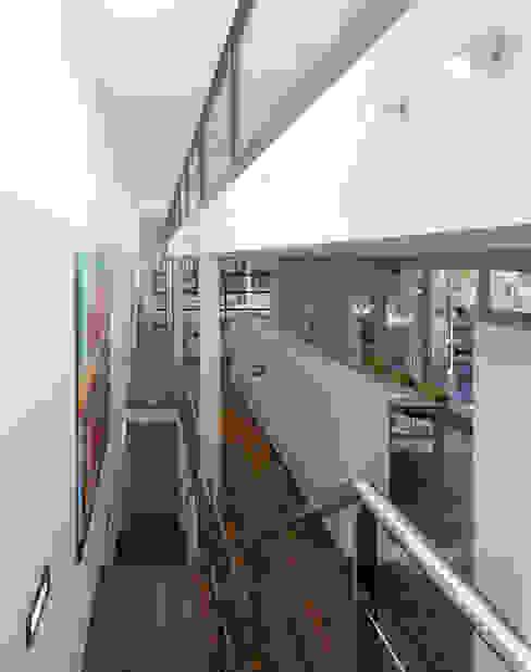 kastenwand als afscheiding tussen eet- en werkgedeelte :  Studeerkamer/kantoor door Engelman Architecten BV,