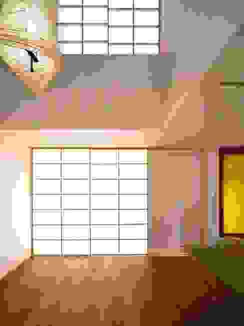 リビング(夕景) モダンデザインの リビング の 6th studio / 一級建築士事務所 スタジオロク モダン