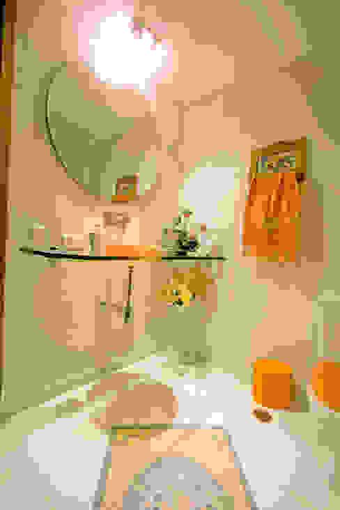 Residência em condomínio: Banheiros  por Central de Projetos