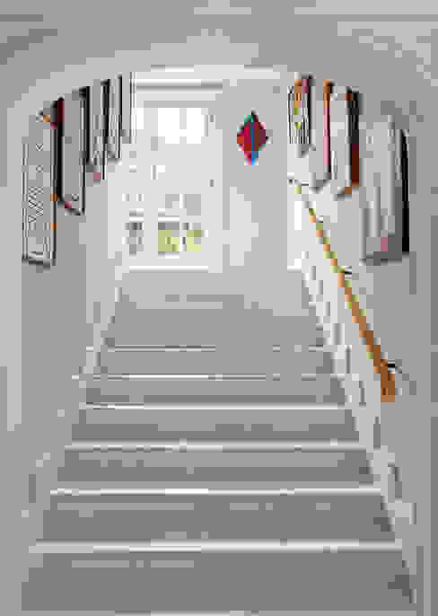 Pasillos, vestíbulos y escaleras clásicas de Allan Malouf Arquitetura e Interiores Clásico