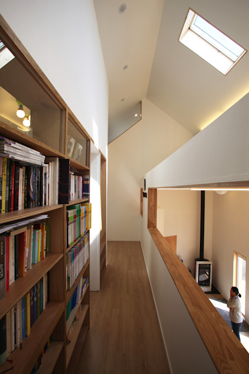 Nowoczesny korytarz, przedpokój i schody od ADMOBE Architect Nowoczesny