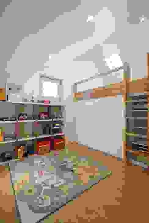 Dormitorios infantiles de estilo moderno de ADMOBE Architect Moderno