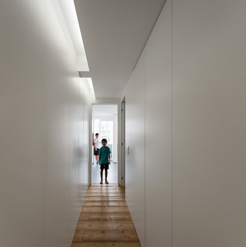 Modern Corridor, Hallway and Staircase by OW ARQUITECTOS lda | simplicity works Modern