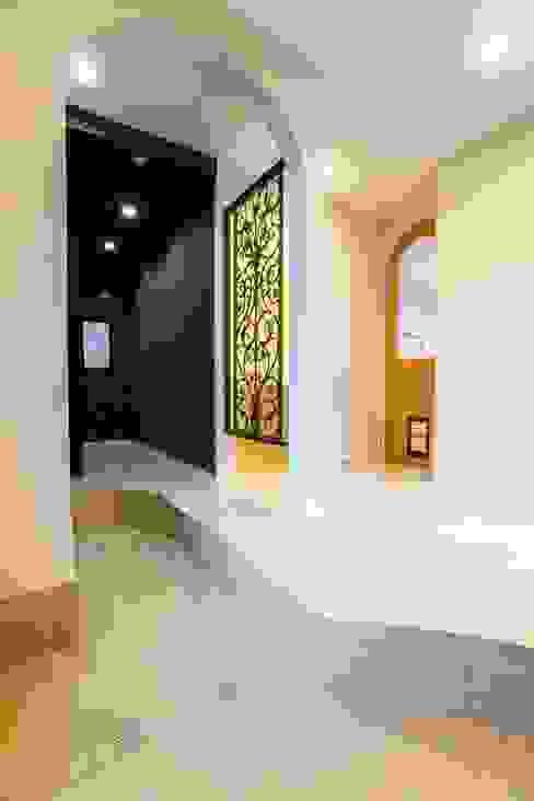 アーチとアイアンが印象的な遊び心ある南欧風の住まい: QUALIAが手掛けた廊下 & 玄関です。,地中海