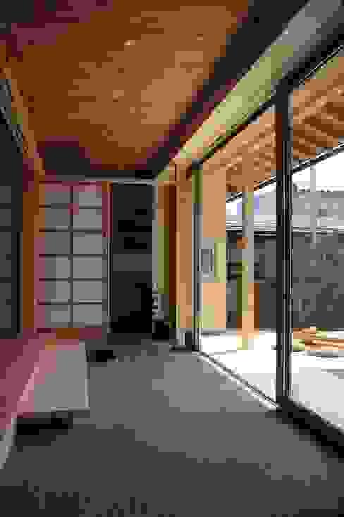 「土間のある小さくて広い家」 尾脇央道(重川材木店) 和風デザインの テラス