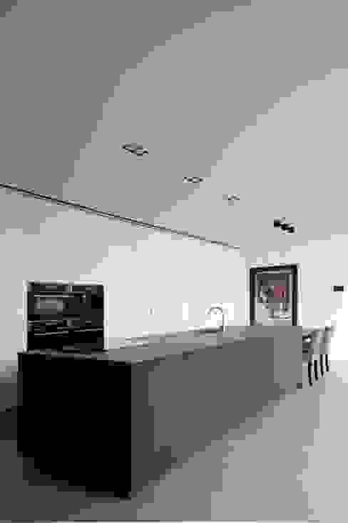 Project De Plankerij voor Summum - Interiors (http://www.summum-interiors.com) Moderne keukens van De Plankerij BVBA Modern