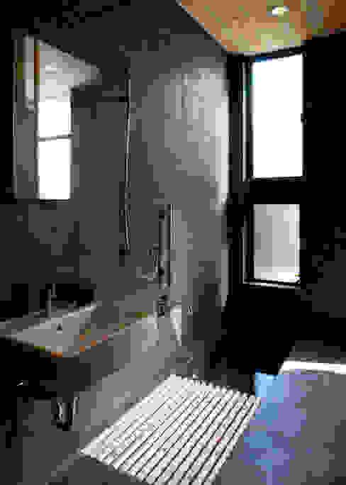 Baños de estilo minimalista de 山本晃之建築設計事務所 Minimalista Azulejos