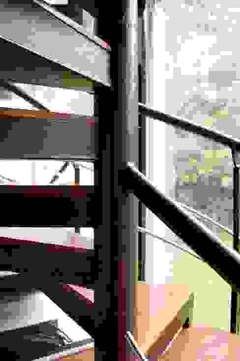Escaleras recubiertas en cuero. Pasillos, vestíbulos y escaleras de estilo moderno de Justiniano Alfonso Moderno Piel Gris