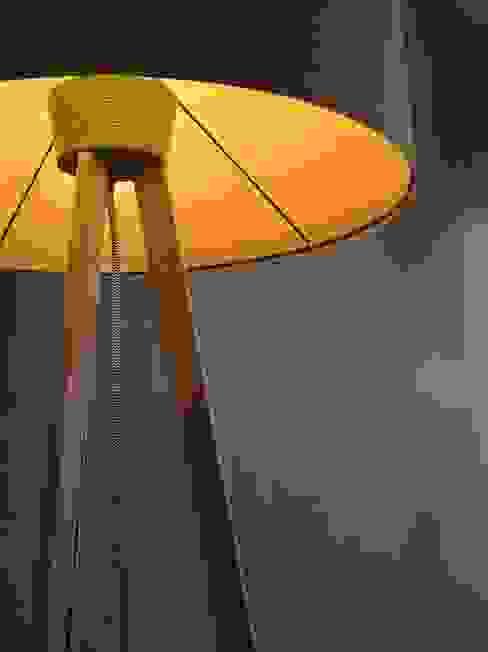 candeeiro de pé: Sala de estar  por Pau - Into the wood,