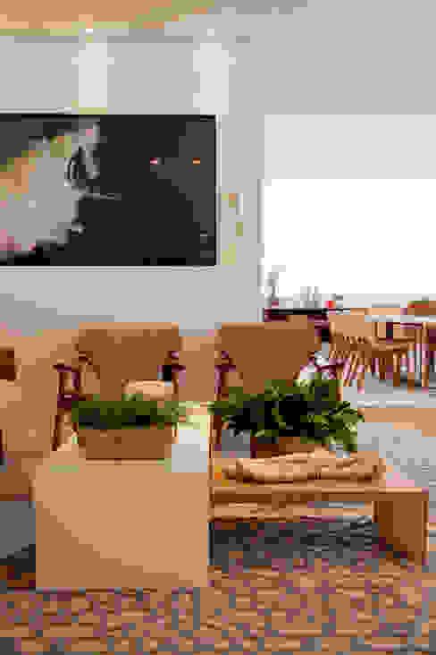 Sala de Estar por Helô Marques Associados Eclético Madeira Efeito de madeira