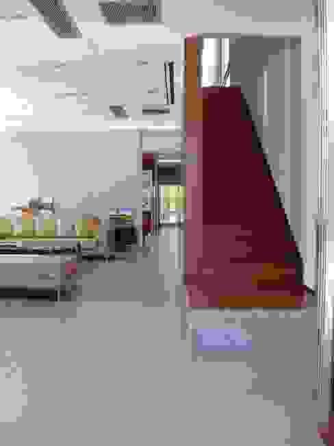 Casa NR Modern Corridor, Hallway and Staircase by gatarqs Modern