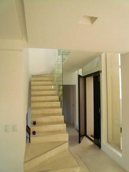 CASA GUINTER Modern Corridor, Hallway and Staircase by Estudio d360 Modern