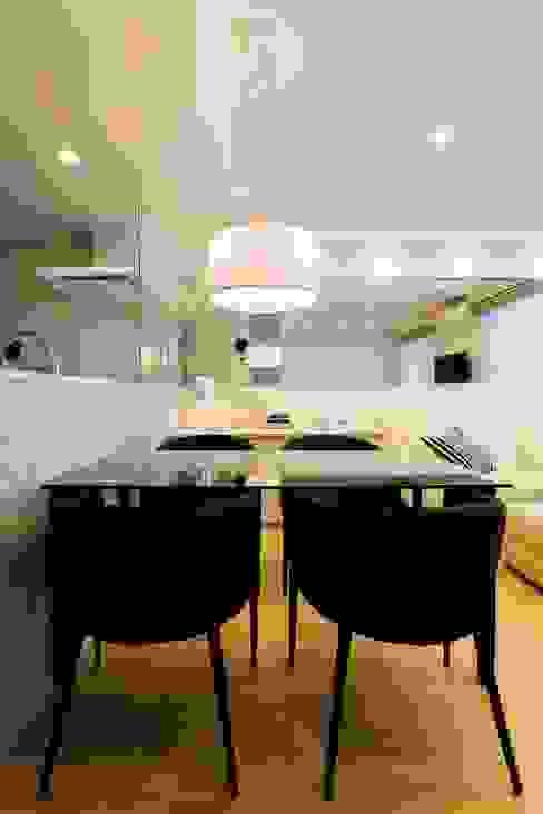 ベネツィアンモザイクタイルが映えるホワイトを基調とした上品な空間: QUALIAが手掛けたダイニングです。,モダン